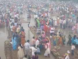 Even on a foggy day, thousands come to the riverbanks for a religious festival in the Southwest Jasidih Region of Jharkhand.